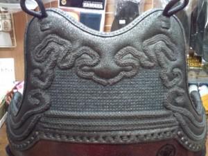 剣道具師修行中の私のかわいい後輩の作品「胴胸」 雲飾り=関東松飾り、蜀光=鉄紺糸の刺し