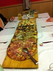 ノヴァーラのピザ屋の1mピザ、20€